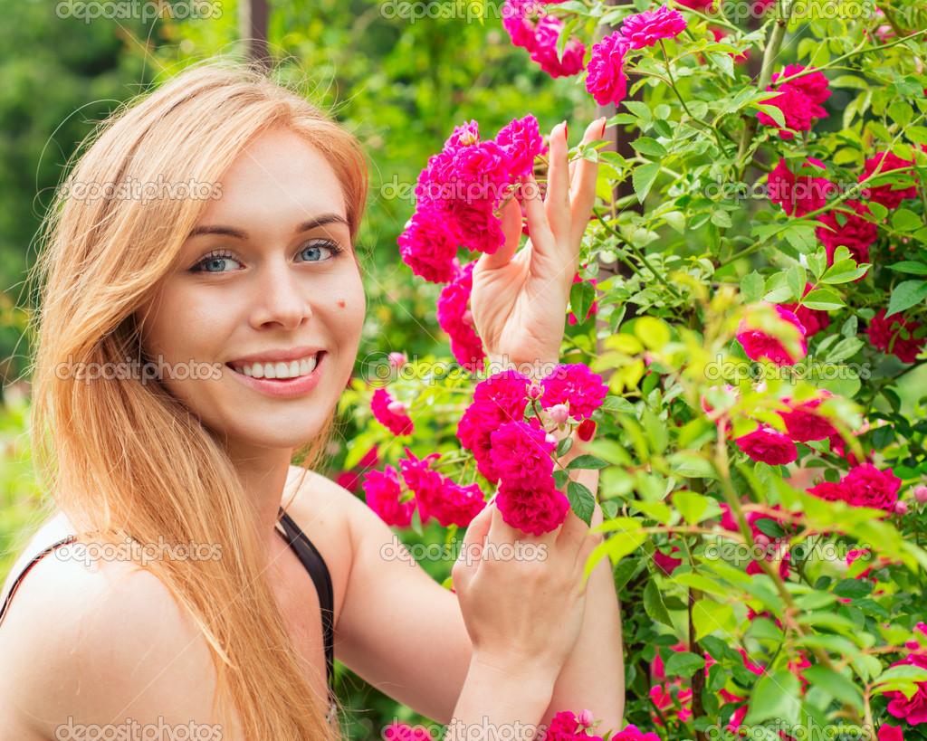 Фото из кустов молодых девушек 8 фотография