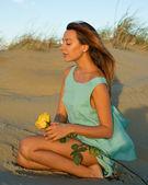 Kadın bir gül kum üzerinde — Stok fotoğraf