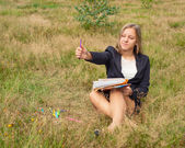 Girl artist draws on nature — Stock Photo