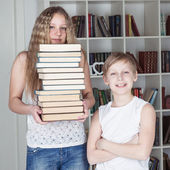 Children in the library — Stockfoto