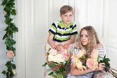Jongen en meisje met bloemen — Stockfoto
