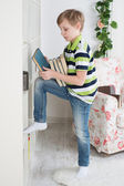 Boy chooses a book to read — Stock Photo