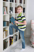 Pojken väljer en bok att läsa — Stockfoto