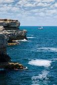 Pedras, o mar e o iate... — Foto Stock