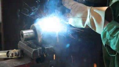 Welder doing arc welding of a steel shaft with helicoid — Stock Video