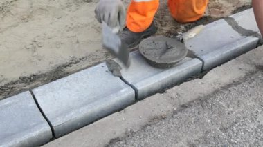 Mason using trowel at construction site — Vídeo Stock