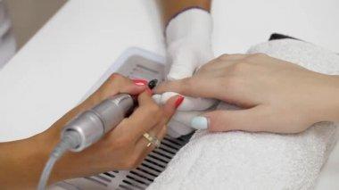 Fingernail grinding in beauty salon — Stock Video