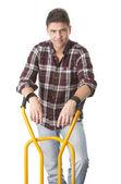 Homem positivo com carrinho usado para o transporte — Fotografia Stock