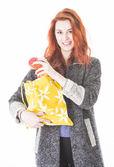 Donna felice di mettere la frutta in sacchetto di stoffa amichevole di eco — Foto Stock
