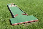 Parcours de golf construit pour les enfants dans un espace de loisirs. — Photo