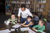 Leren in de bibliotheek — Stockfoto