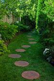 绿树成荫的花园路径 — 图库照片