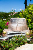 Vrachtwagen in bloem bed — Stockfoto