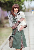 Belle jeune femme heureuse tenant son petit chien — Photo