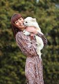 Ritratto di una bella giovane donna con il suo cane — Foto Stock