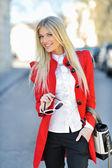 Fashionabla flicka i röd klänning med väska — Stockfoto