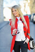 Chica de moda vestido rojo con bolsa — Foto de Stock