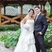 Heureuse jeune mariée et le marié le jour de leur mariage — Photo
