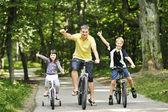自転車で公園で家族 — ストック写真