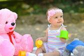 Sladké malé dítě dívka přehrání venku — Stock fotografie