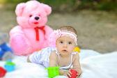 Tatlı bebek kız kelepçelememz açık havada — Stok fotoğraf