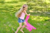 Adorable petite fille jouant avec le ruban et s'amuser dans un pied d'égalité — Photo