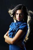 Portret van mooie jonge vrouw met lange rechte bruin haar — Stockfoto