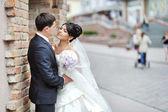 古い町 - カップルの結婚式で新郎新婦 — ストック写真