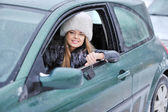 Donna Guida visualizzando i tasti auto fuori dalla finestra — Foto Stock