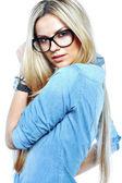 Belle jeune femme qui pose en studio, lunettes de soleil — Photo