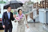 新郎和新娘一起走在一个下雨天 — 图库照片