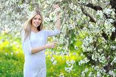 肖像年轻美丽微笑的女人盛开的春天 tre — 图库照片