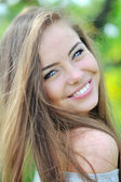 Beautiful smiling girl outdoor portrait closeup — Stok fotoğraf