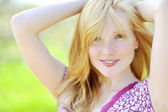 Portrait of a beautiful girl in the park in spring — Stock Photo