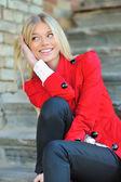 若い美しい笑顔の女性の肖像画 — ストック写真