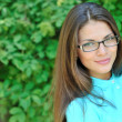 Foto Stock: Beautiful woman face wearing glasses - closeup