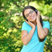 Geluk emotionele meisje met hoofdtelefoon genieten van natuur en mus — Stockfoto