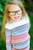 Casual portrait de petite fille douce, porte des lunettes — Photo