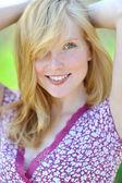 美しい笑顔の若い女性のクローズ アップ — ストック写真
