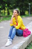 Retrato de mulher jovem e elegante ao ar livre — Fotografia Stock