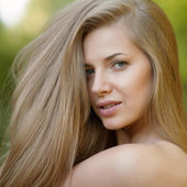Portrait of beautiful young blond woman with clean face - outdoo — Fotografia Stock