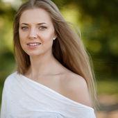 美しい健康な顔 - 屋外を持つ若い女 — ストック写真