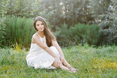 Young beautiful girl portrait at meadow — Stock fotografie
