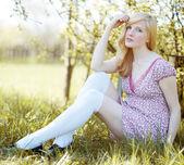 Alanda güzel bir kız portresi — Stok fotoğraf