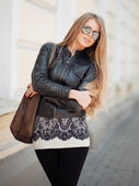 Fashion blonde woman in sunglasses - outdoor portrait — Stockfoto