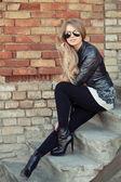 Hermosa chica con gafas de sol — Foto de Stock
