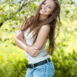 Pretty young smiling girl portrait in a green park  — Foto Stock