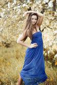 молодая красивая женщина позирует на открытом воздухе — Стоковое фото