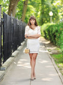 Full length portrait of a beautiful woman in summer park — Foto Stock