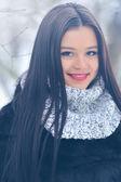 冬のブルネットの女性の肖像画のクローズ アップ — ストック写真